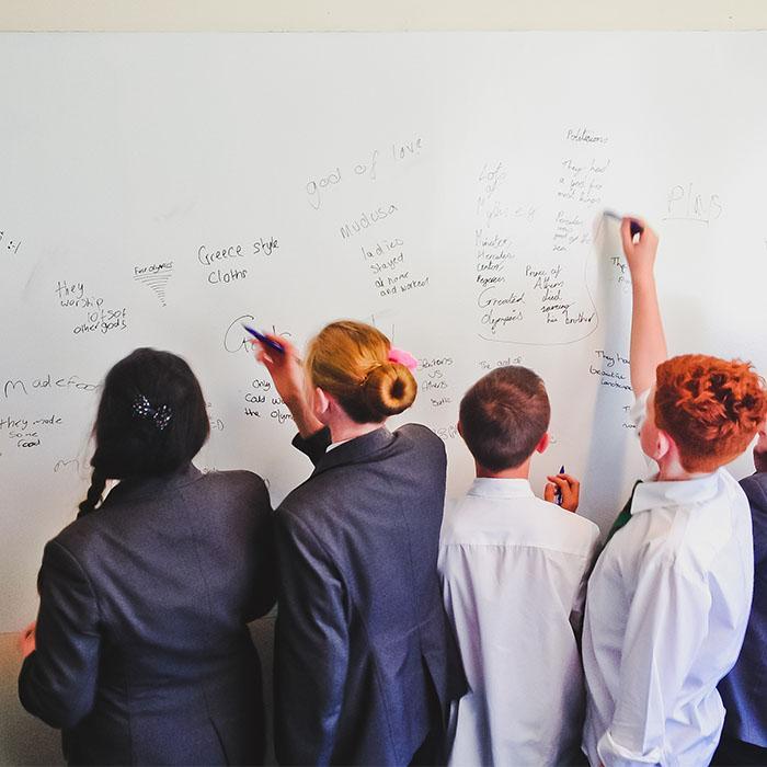 Étudiants qui utilisent murs tableau blanc dans la salle de classe mur peint avec peinture effaçable smarter surfaces