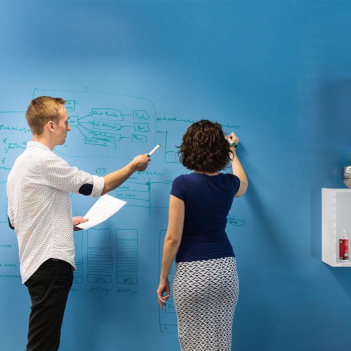 Mur tableau blanc inscriptible bleu smarter surfaces
