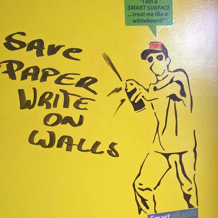Peinture tableau blanc jaune sur mur pour créer un grand mur inscriptible