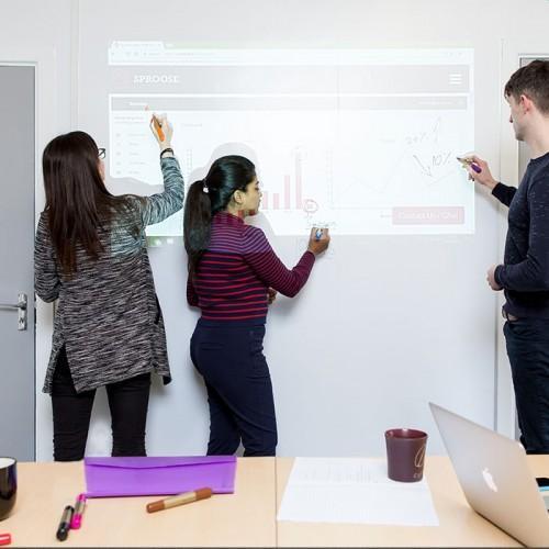 écrire et projeter sur le papier peint projecteur tableau blanc smarter surfaces