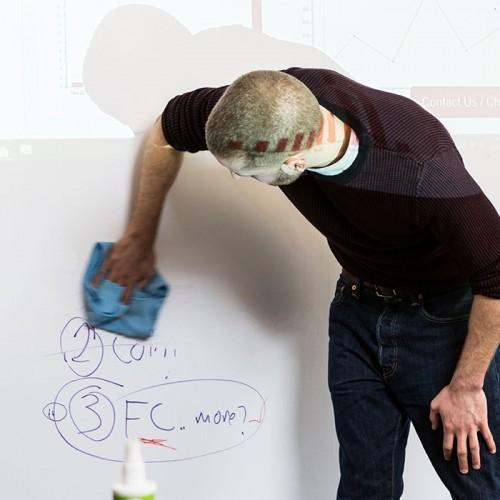 Effacer des feutres sur papier peint projecteur tableau blanc smart sur une image projetée