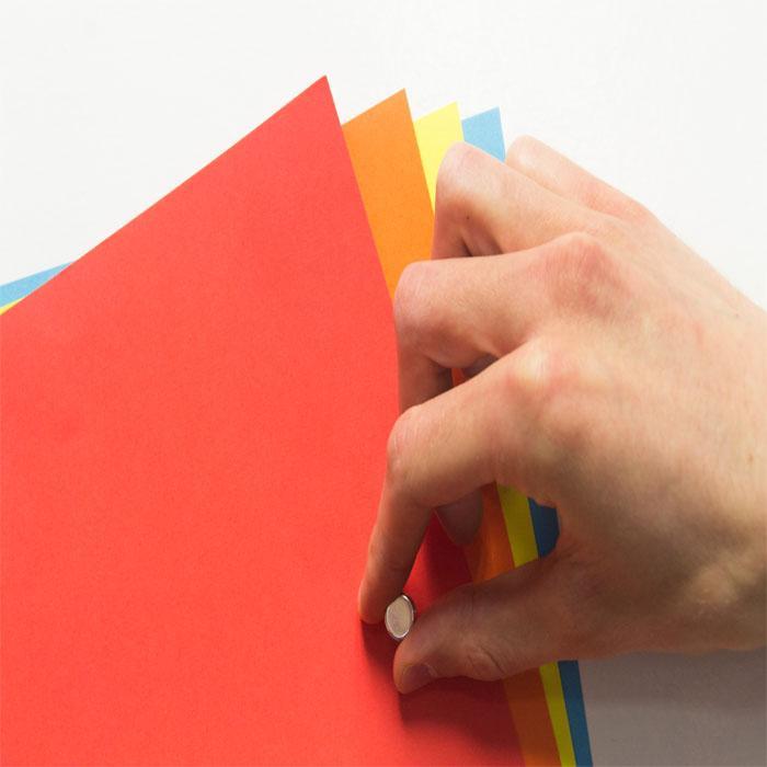 Papier peint aimanté avec des pages attachées