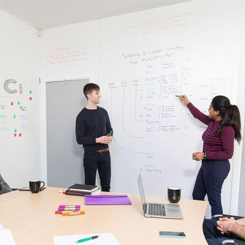 Papier peint projecteur tableau blanc smart utilisé au bureau pour présentations