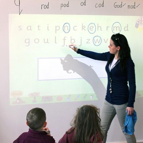 papier-peint-tableau-blanc-projecteur-smart-utilisé-dans-une-salle-de-classe