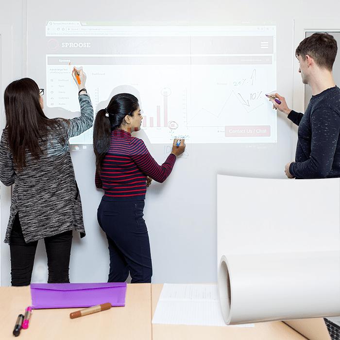 personnes qui utilisent surfaces de projection et tableau blanc pour reunions