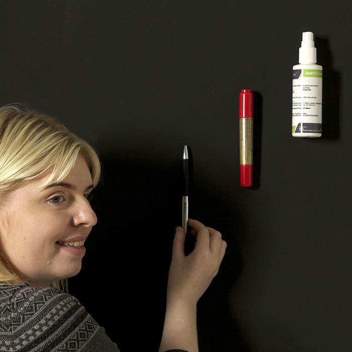 Femme qui attache des objets à la peinture super magnétique