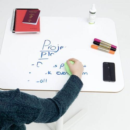 Film autocollant tableau blanc smart crée bureaux inscriptibles qui sont effacés en utilisant chiffon
