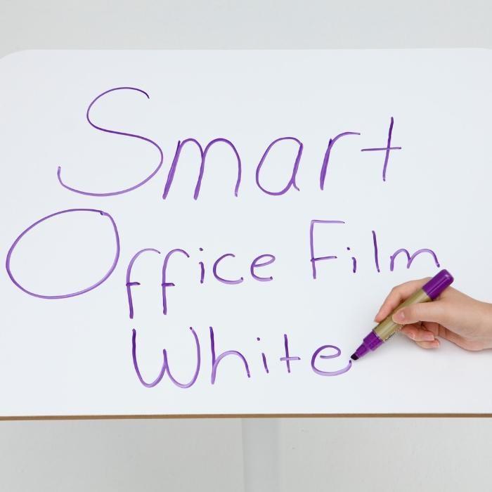 Film autocollant tableau blanc smart installé sur un bureau