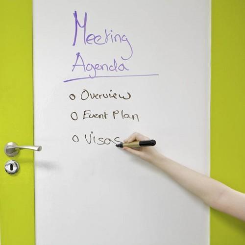Porte de salle de réunion avec film autocollant tableau blanc smart
