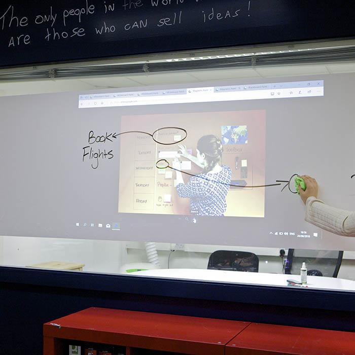 effacer un feutre sur film autocollant tableau blanc projecteur smart avec une image projetée