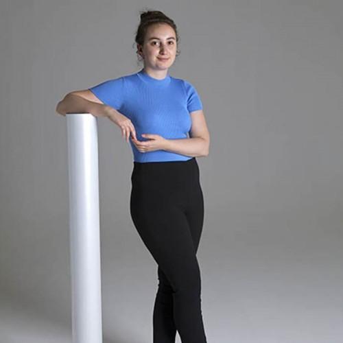 femme qui s'appuie sur un rouleau de papier peint pour comparaison de tailles
