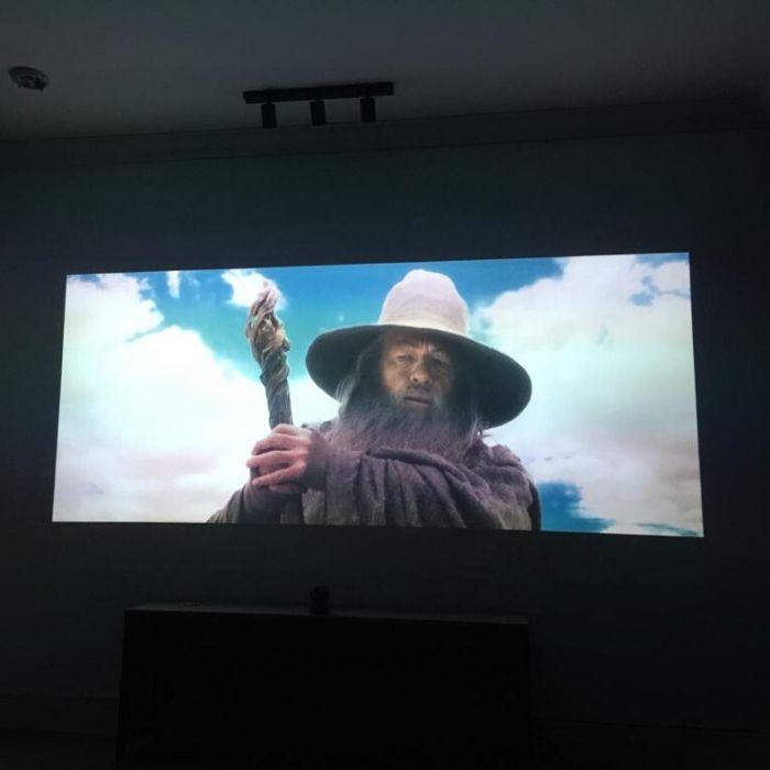 film projete sur mur avec Peinture Projecteur Smart Contraste