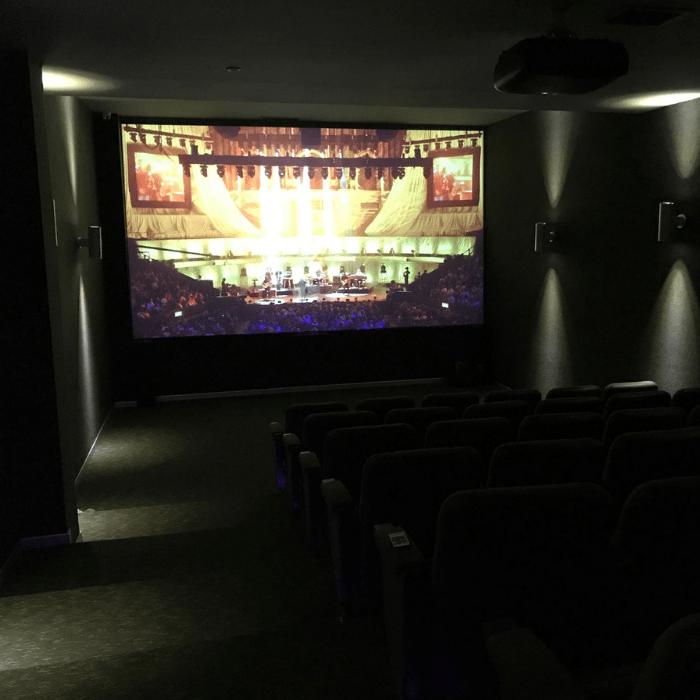 home cinéma créé avec la peinture projecteur contraste smart