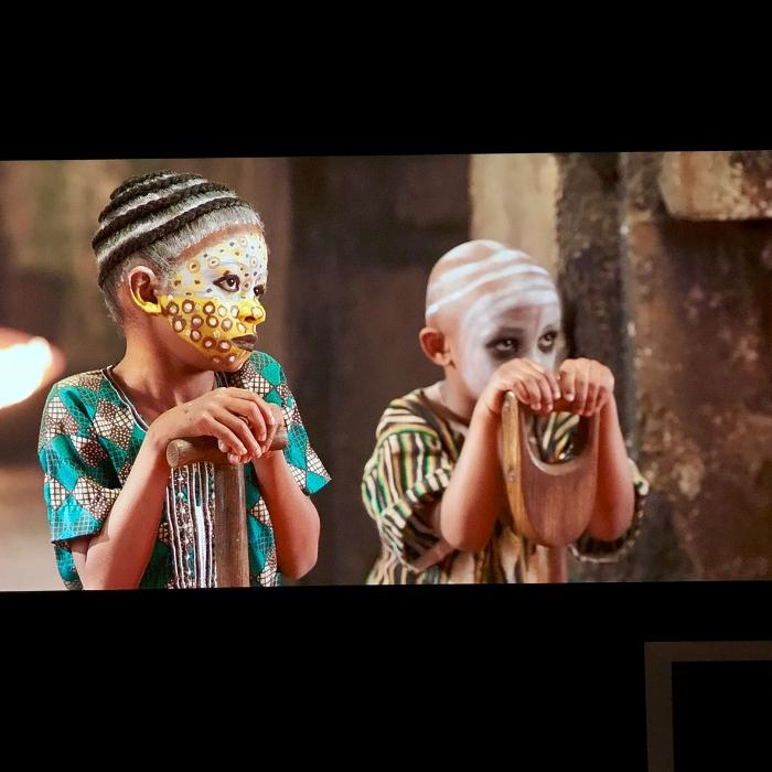 image des enfants projetee sur un mu avec peinture projecteur pro