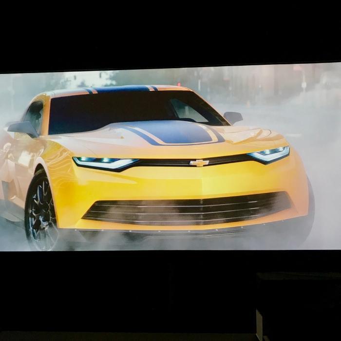 image des voitures projetee sur un mur avec peinture projecteur pro