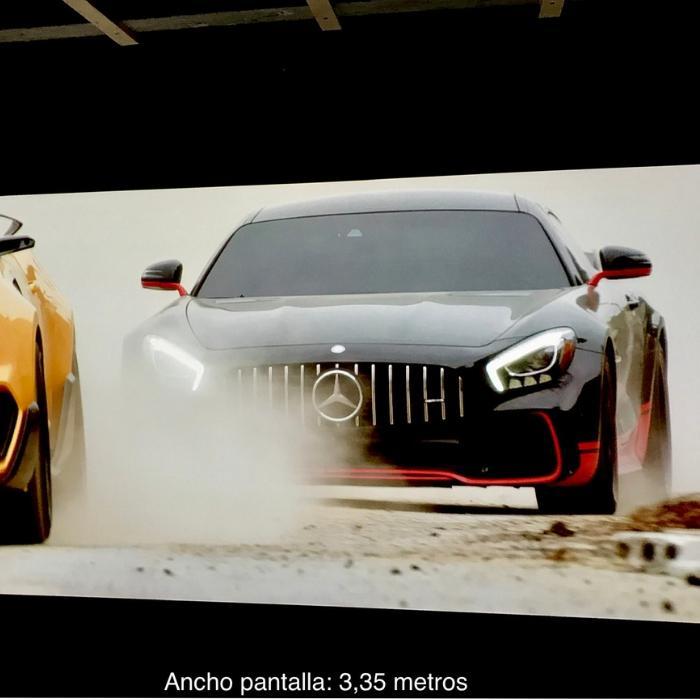 voiture rouge et noire projetee sur mur avec peinture projecteur pro