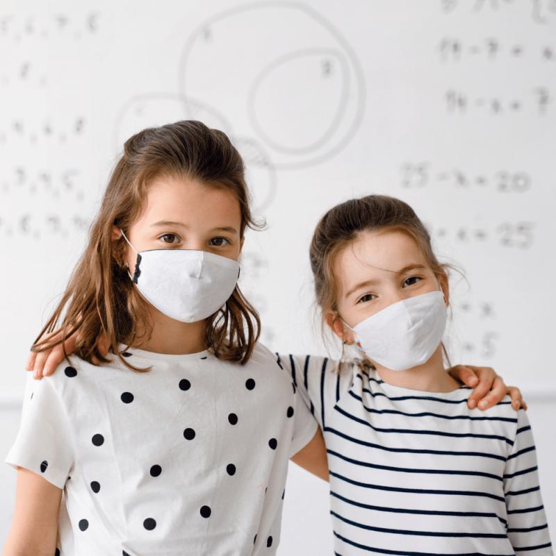 deux enfants debout devant un mur de tableau blanc Peinture Tableau Blanc Antimicrobes Smart - Blanche