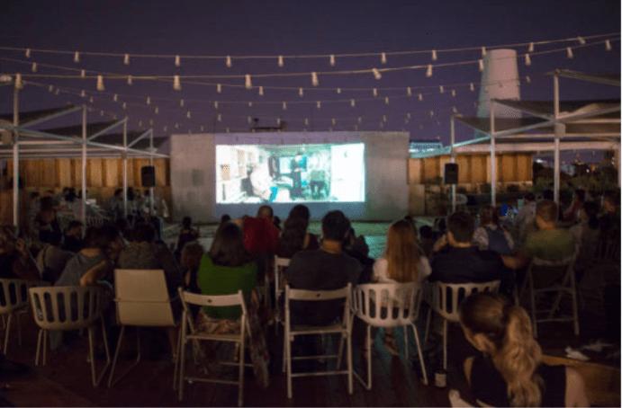peinture-projecteur-smart-pro-utilise-pour-un-home-cinema-exterieur